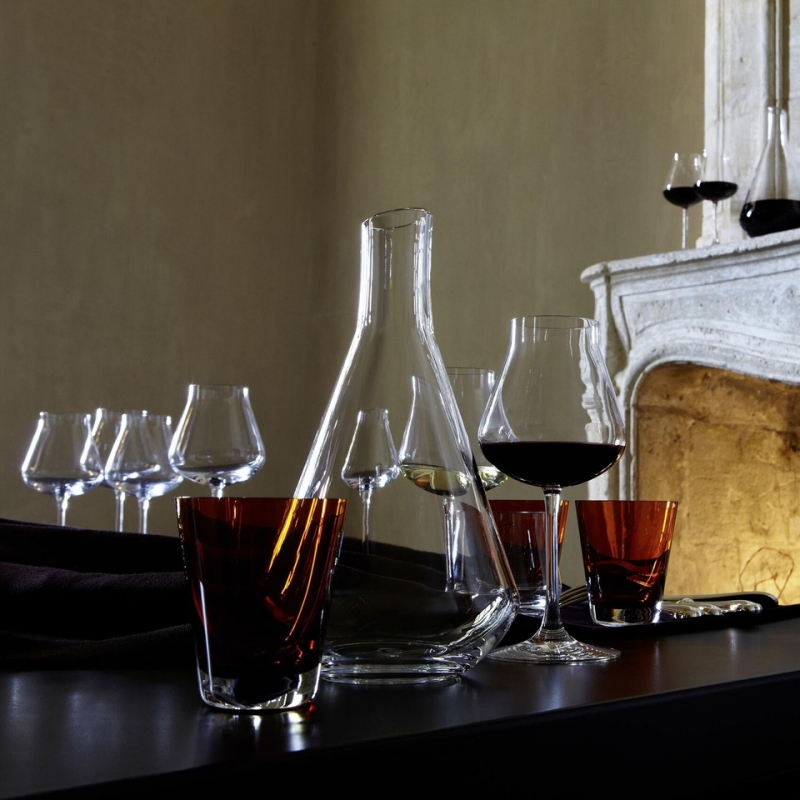 Decanting a wine releases its aromas and smoothes out the tannins. Inspired by the taste-vin silhouette that sommeliers use, this shape aerates the wine and allows it to achieve its fullest aromatic body. The wide base tapers at the neck to opens up the notes and fill the vessel with a concentration of rich complexity. The CHÂTEAU Baccarat collection takes into account the changes in the wine market and has, accordingly, crafted a stylish and cunning shape. Perfectly suited to the discerning vintage connoisseur, it is a sophisticated bar accessory worthy of any festive soirée. The CHÂTEAU Baccarat wine glasses complement the decanter with their equally exquisite form.